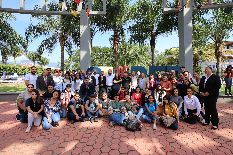 Autoridades universitarias estudiantes en el marco por los festejos del 25 aniversario de la red