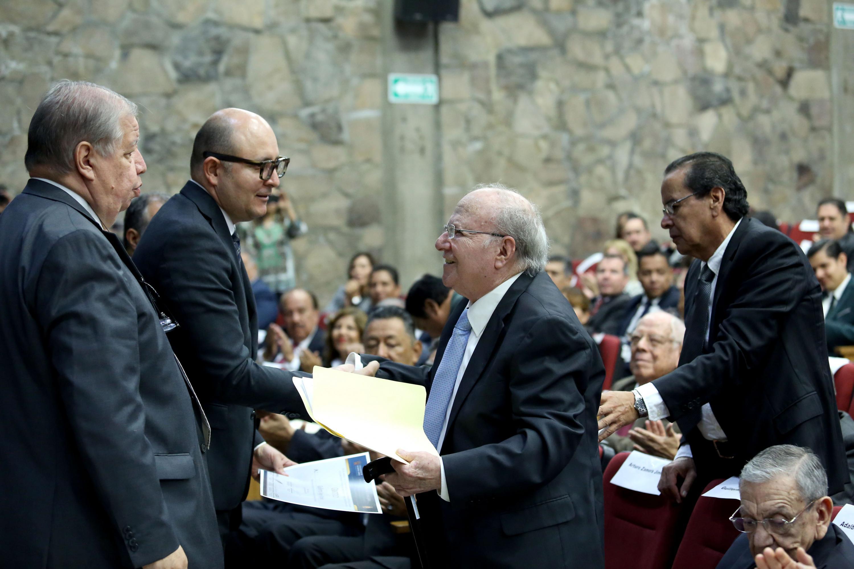 El profesor con más de 40 años de trayectoria, don Guillermo Reyes Robles