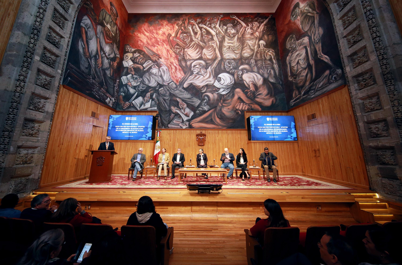 """Académicos en la conferencia """"Red sustentable, ¿cómo la Universidad de Guadalajara cambió al mundo, a México y a Jalisco?"""" en """"Las jornadas de reflexión"""", por el 25 aniversario de la Red Universitaria, en el Paraninfo Enrique Díaz de León"""