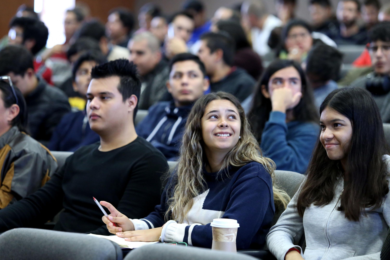 Alumnos de CUTonalá escuchando la conferencia del Dr Kelly Joel Gurubel Tu