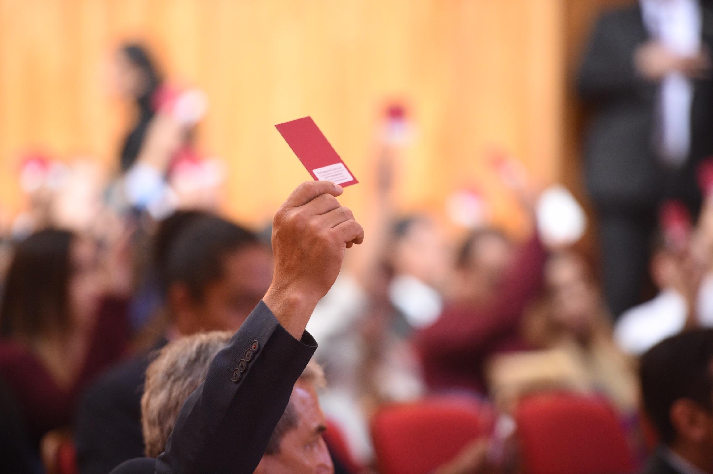 Miembros del Consejo General Universitario de la Universidad de Guadalajara, realizando votación en Sesión Ordinaria para la creación del Defensor de los Derechos Universitarios y el Protocolo de Atención para Casos de Violación a los Derechos Universitarios.