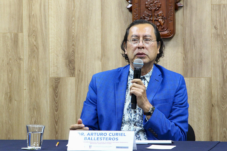 El doctor Arturo Curiel Ballesteros, profesor investigador del CUCBA