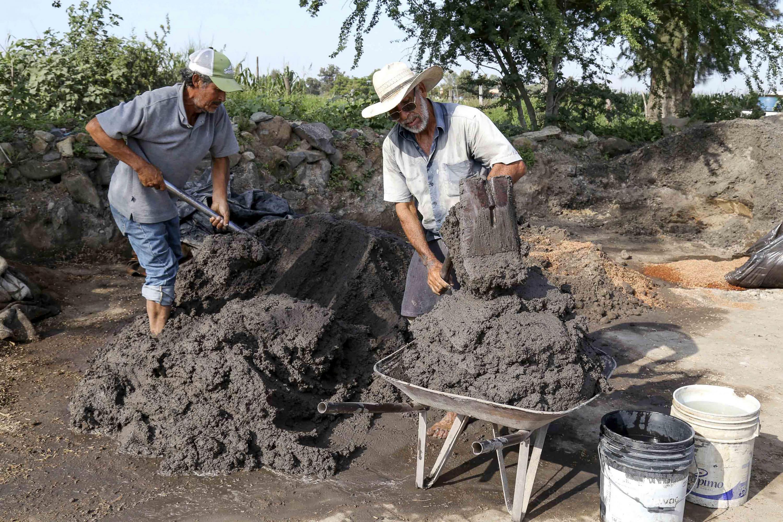 Trabajadores fabricando ladrillos