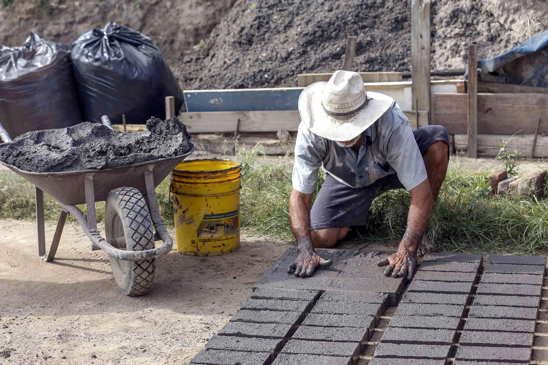 Trabajador fabricando ladrillos