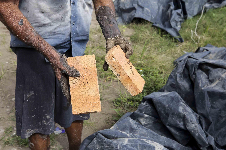 Trabajador con ladrillos ya terminados
