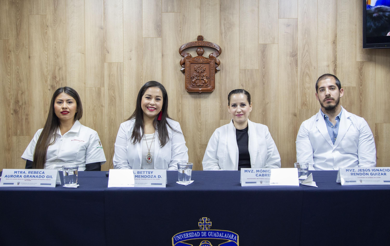 Académicos en rueda de prensa para informar los servicios que ofrece el Hospital Veterinario de Pequeñas Especies