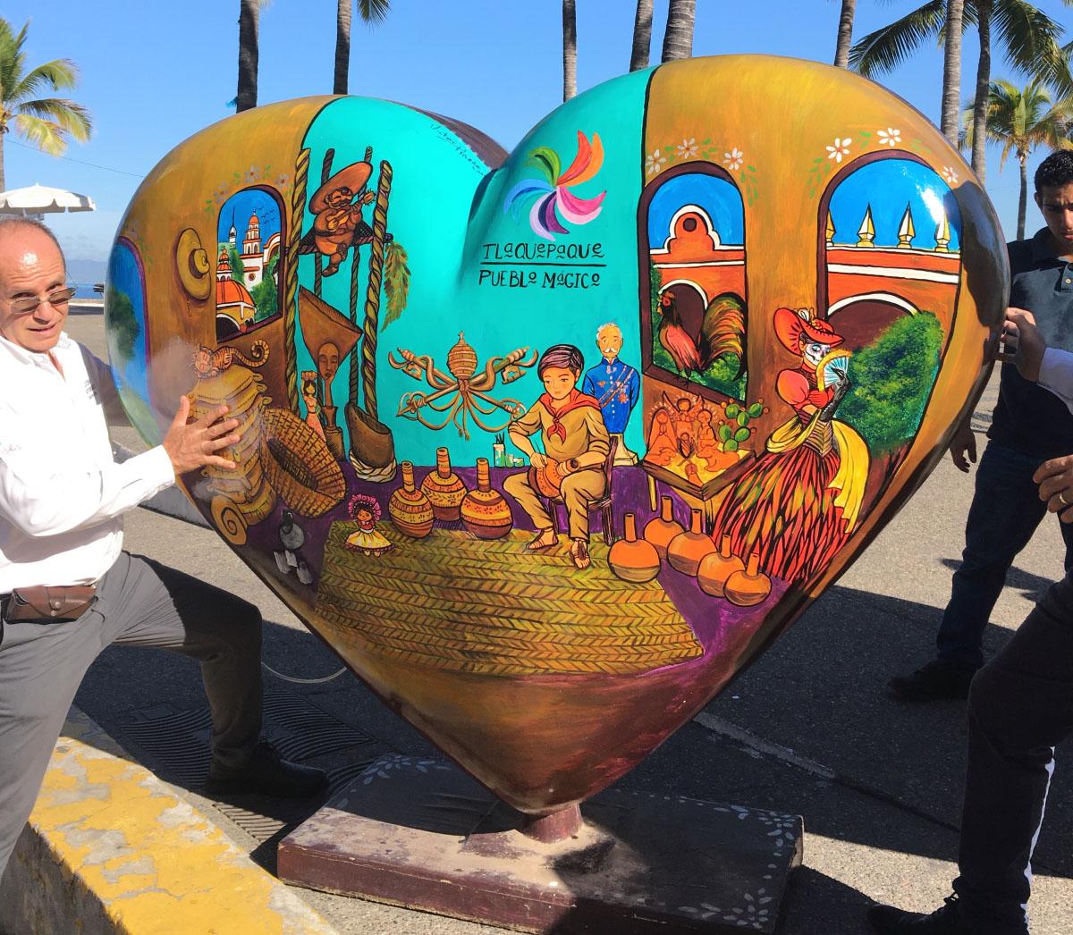 """El Centro Universitario de la Costa de la Universidad de Guadalajara, en colaboración con la autoridades de Turismo de Jalisco, así como empresarios de la región, organizaron una exposición de arte, denominada """"De corazón para el Mundo"""""""