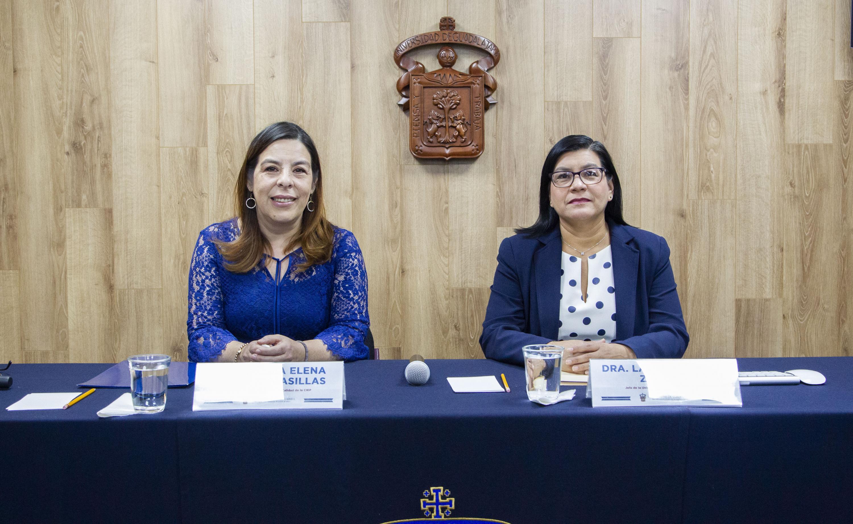 La doctora Laura Plazola Zamora y la maestra María Elena Martínez Casillas, en rueda de prensa para dar a conocer la oferta educativa más reciente d esta Casa de Estudio a nivel pregrado