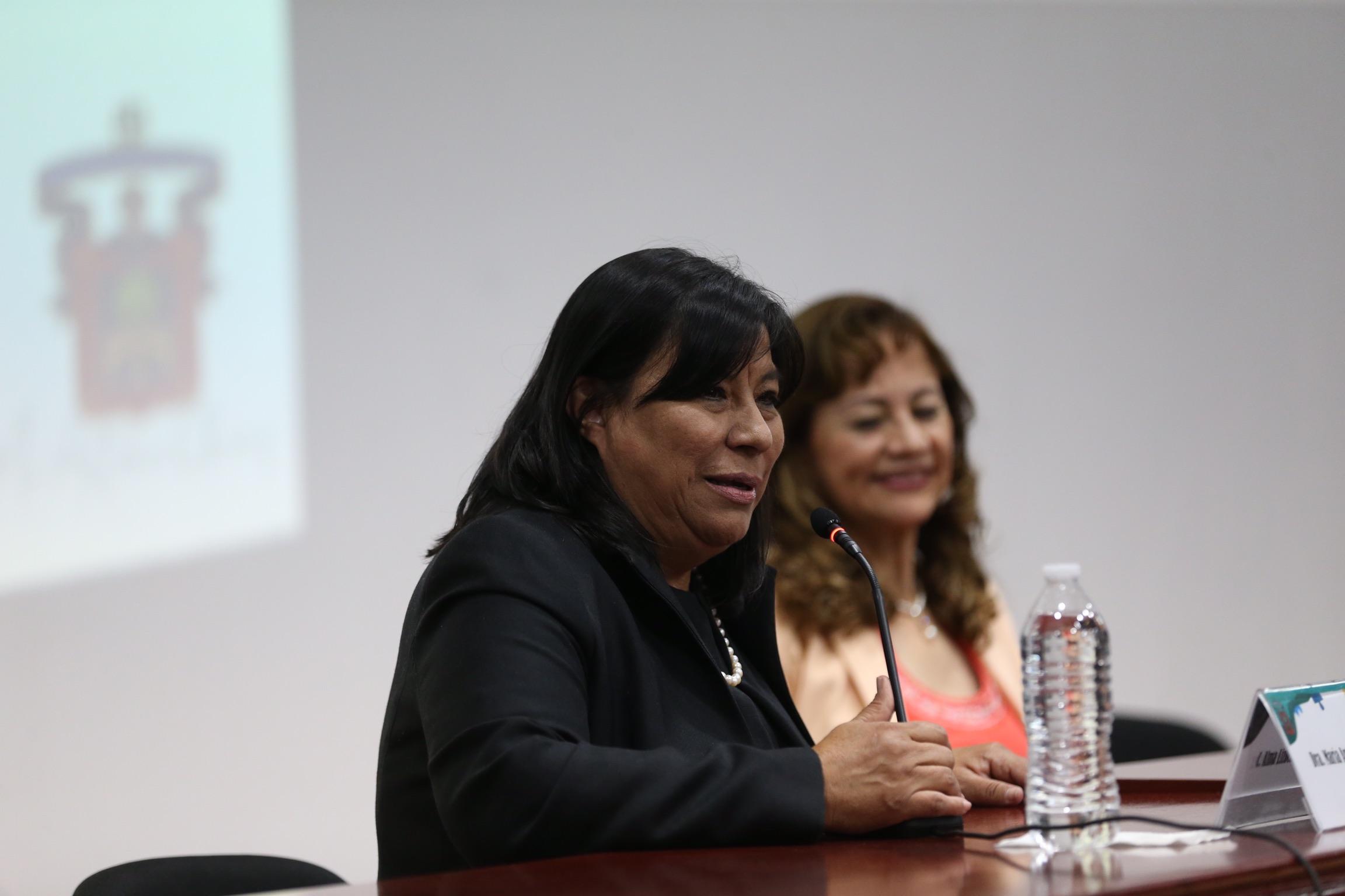 La doctora María Antonia Chávez Gutiérrez, en uso de la palabra