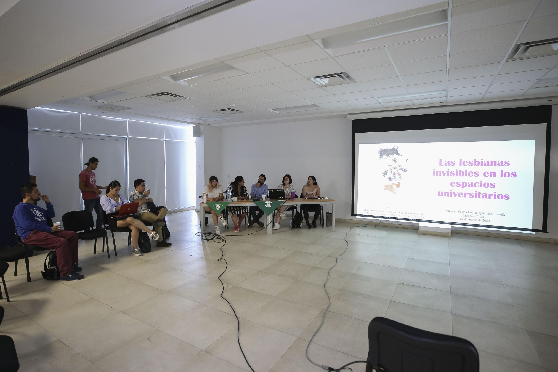 """Alumnas y alumnos del Centro Universitario de Ciencias Sociales y Humanidades (CUCSH), de la Universidad de Guadalajara (UdeG), conversaron en el foro de análisis """"La comunidad del CUCSH frente a las violencias en contra de las mujeres"""""""