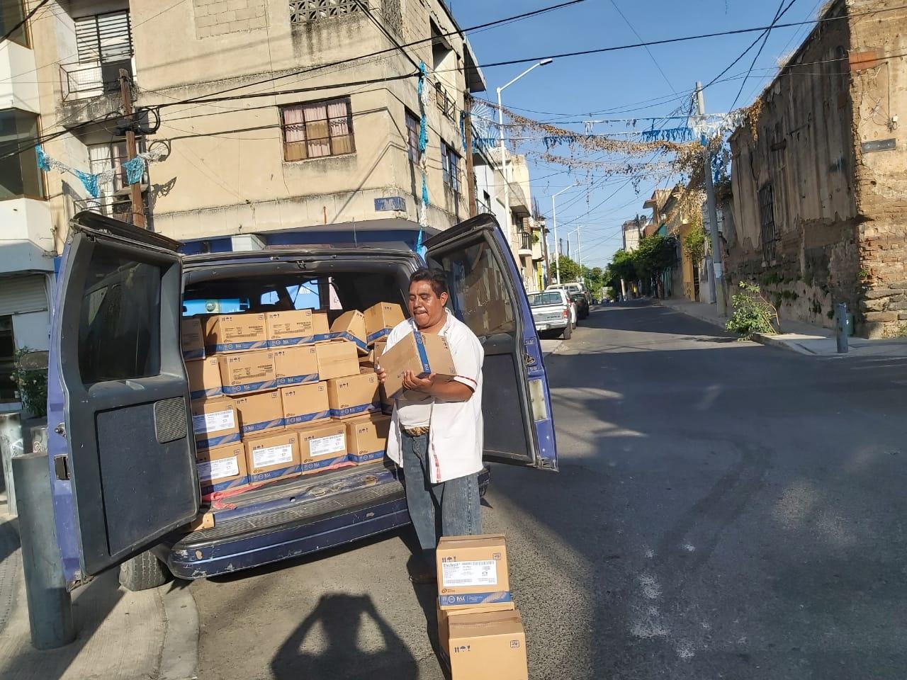 El apoyo de algunos ayuntamientos, realizan la entrega de despensa