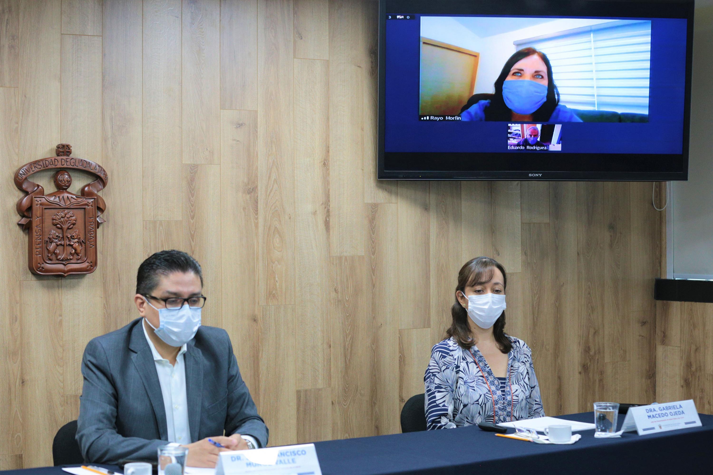Académicos en rueda de prensa para anunciar la instalación de la Sala de Situación en Salud para la Atención del Dengue de CUCS