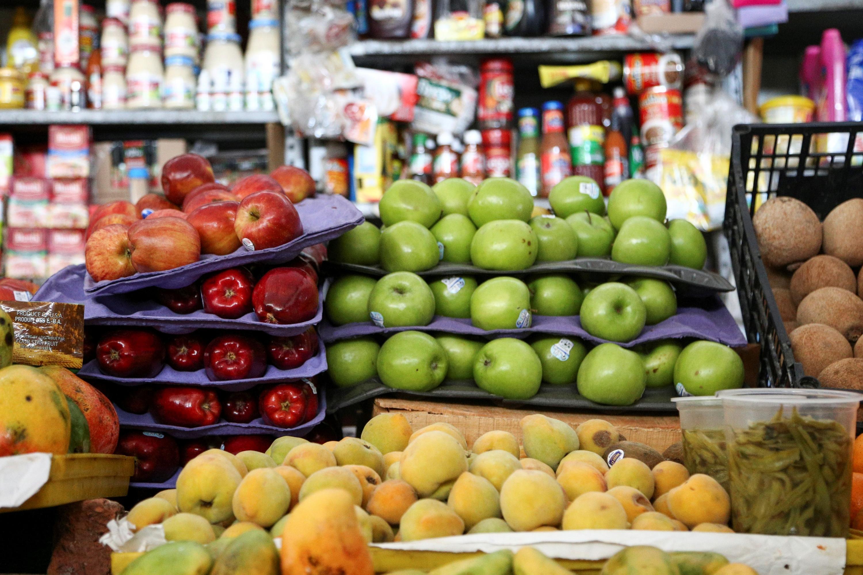 Frutas en un estante de un mercado