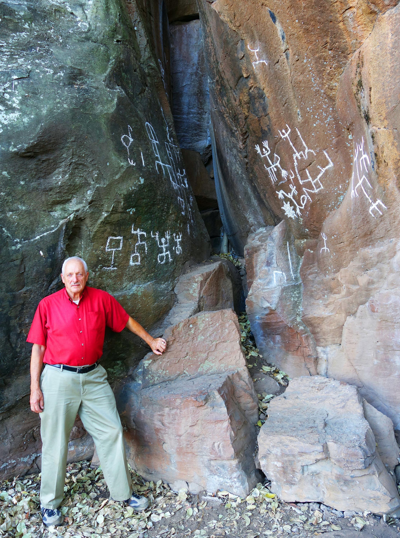 Investigador Joseph B. Mountjoy da cuenta de petrograbados, tumbas de tiro y demás vestigios prehispánicos en varios libros