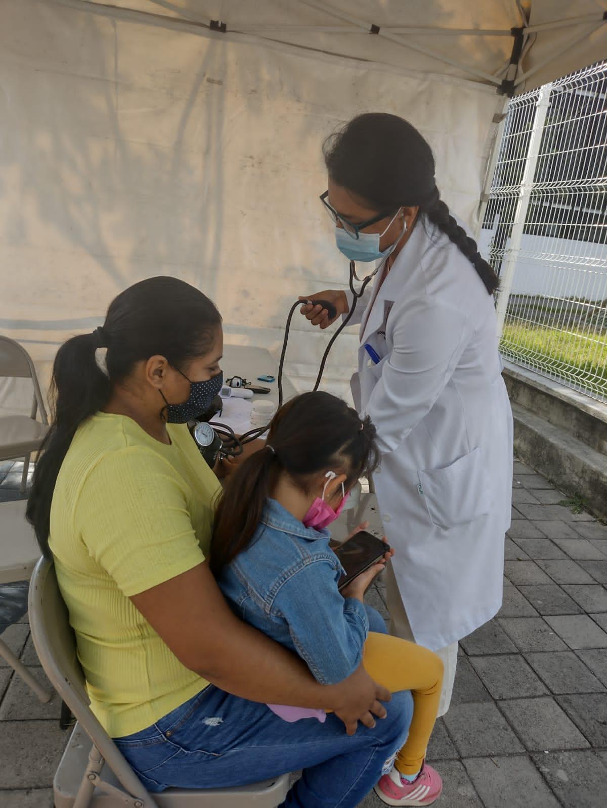 UdeG acerca servicios de salud a pueblos originarios afectados por el desbordamiento de Arroyo Seco
