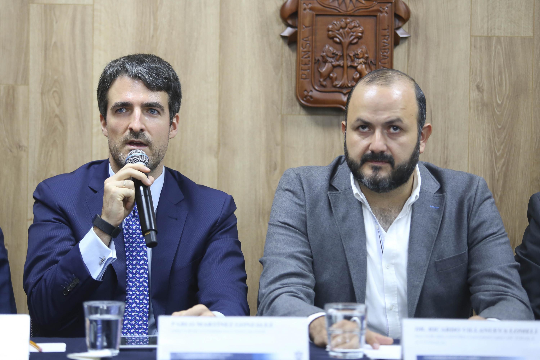 Director de Customer Solutions de Engie, doctor Pablo Martínez González, hablando frente al micrófono durante rueda de prensa