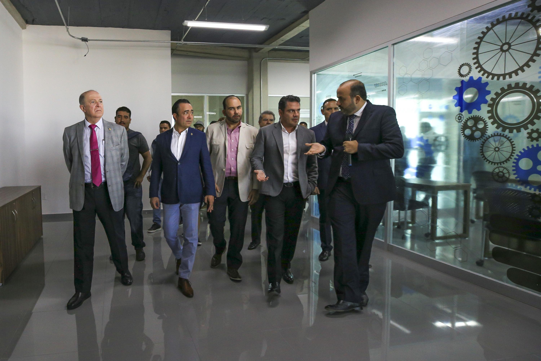 Rector General de la Universidad de Guadalajara (UdeG), doctor Miguel Ángel Navarro Navarro y autoridades de la Universidad de Guadalajara, caminando por el CUTonalá