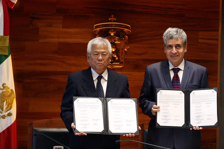 El Vicerrector de la KUIS, maestro Koichiro Yagimuna, el Vicerrector Ejecutivo, doctor Héctor Raúl Solís Gadea
