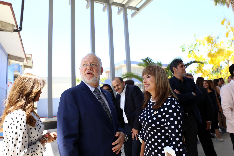 Exrector General de la Universidad de Guadalajara (UdeG), maestro José Trinidad Padilla López y Directora de la Preparatoria 16, doctora Rosalina Mariscal Flores, dialogando