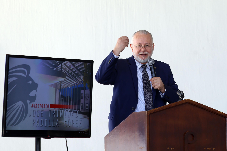 Exrector General de la Universidad de Guadalajara, maestro José Trinidad Padilla López, participando en la ceremonia