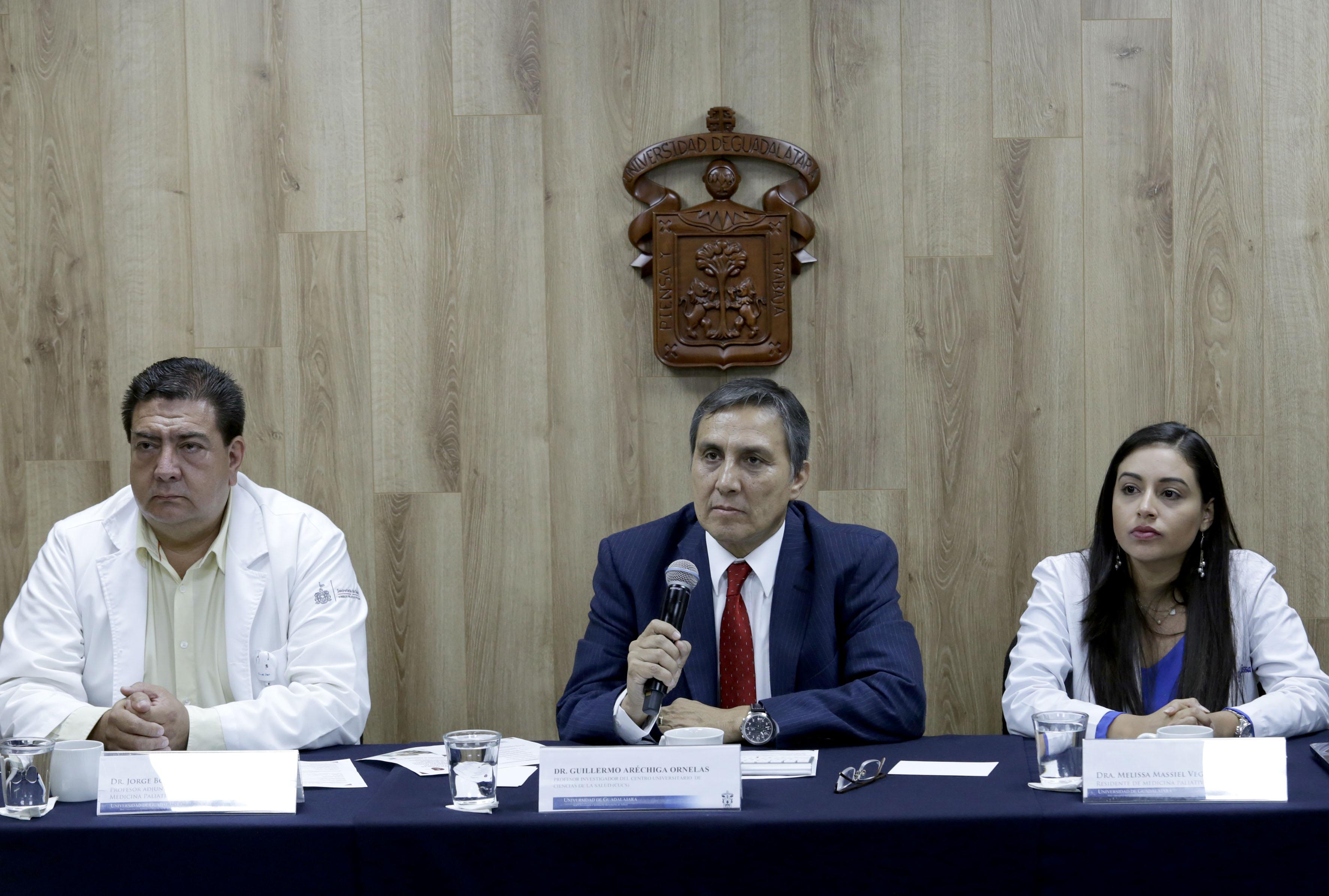 doctor Guillermo Aréchiga Ornelas, profesor investigador del Centro Universitario de Ciencias de la Salud (CUCS), de la Universidad de Guadalajara (UdeG) hyaciendo uso de la palabra