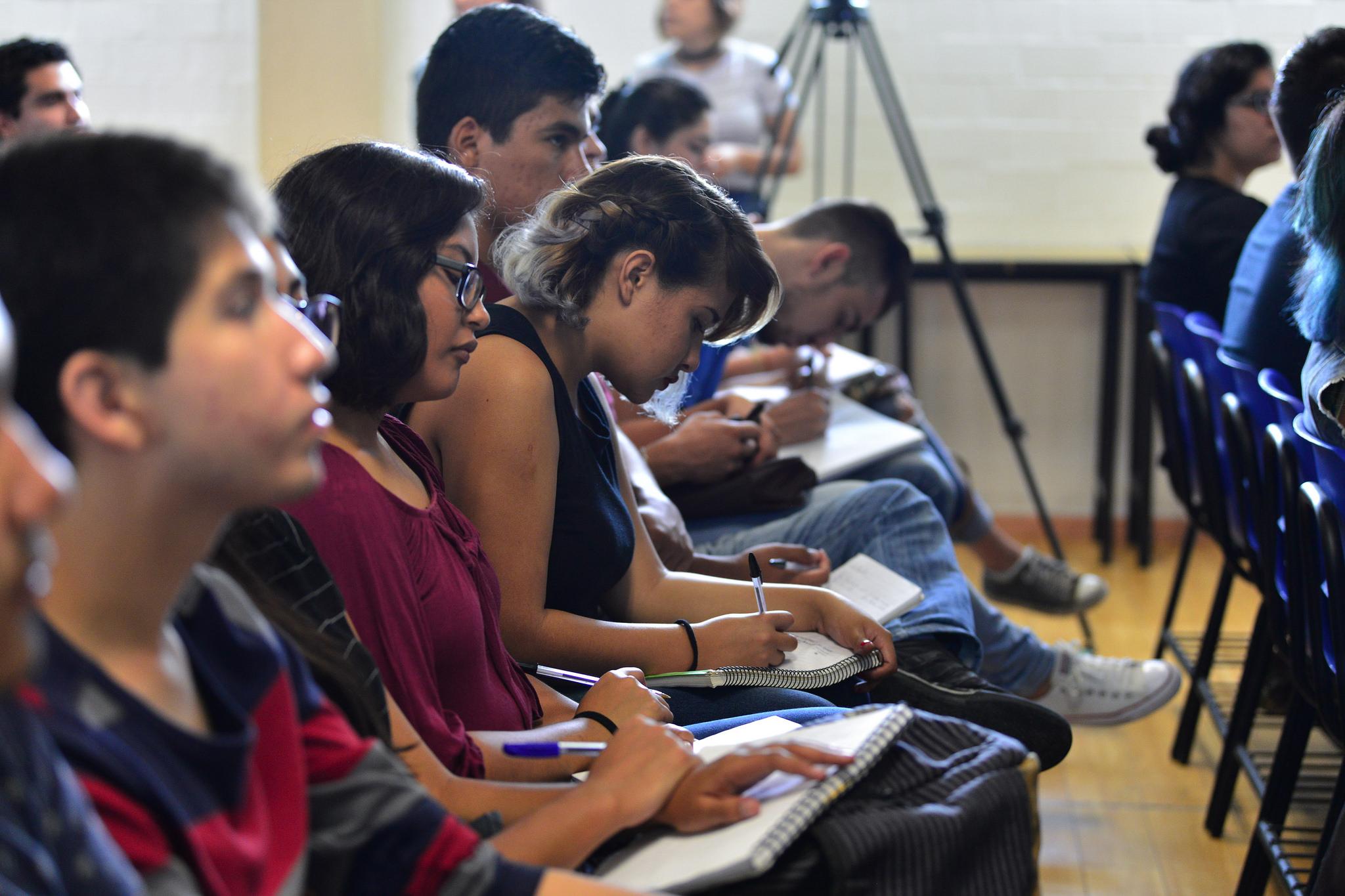 Estudiantes del Cuciénega asistentes a la charla, tomando notas.