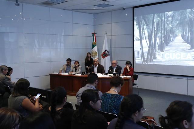 Asistentes a la mesa de diálogo, realizada en las instalaciones del Centro Universitario de Ciencias Económico Administrativas (CUCEA).