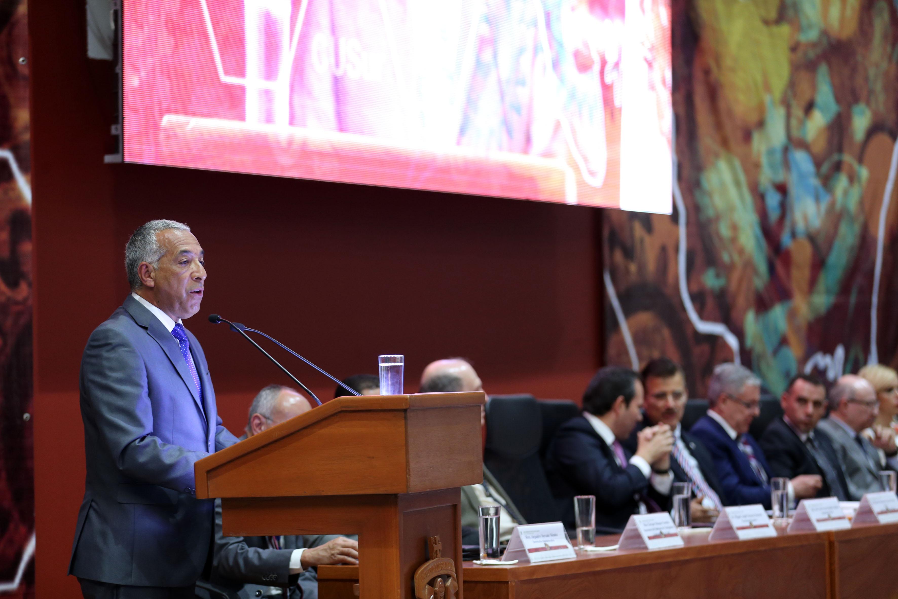 maestro Ricardo Xicoténcatl García Cauzor, Rector del CUSur, en el podio