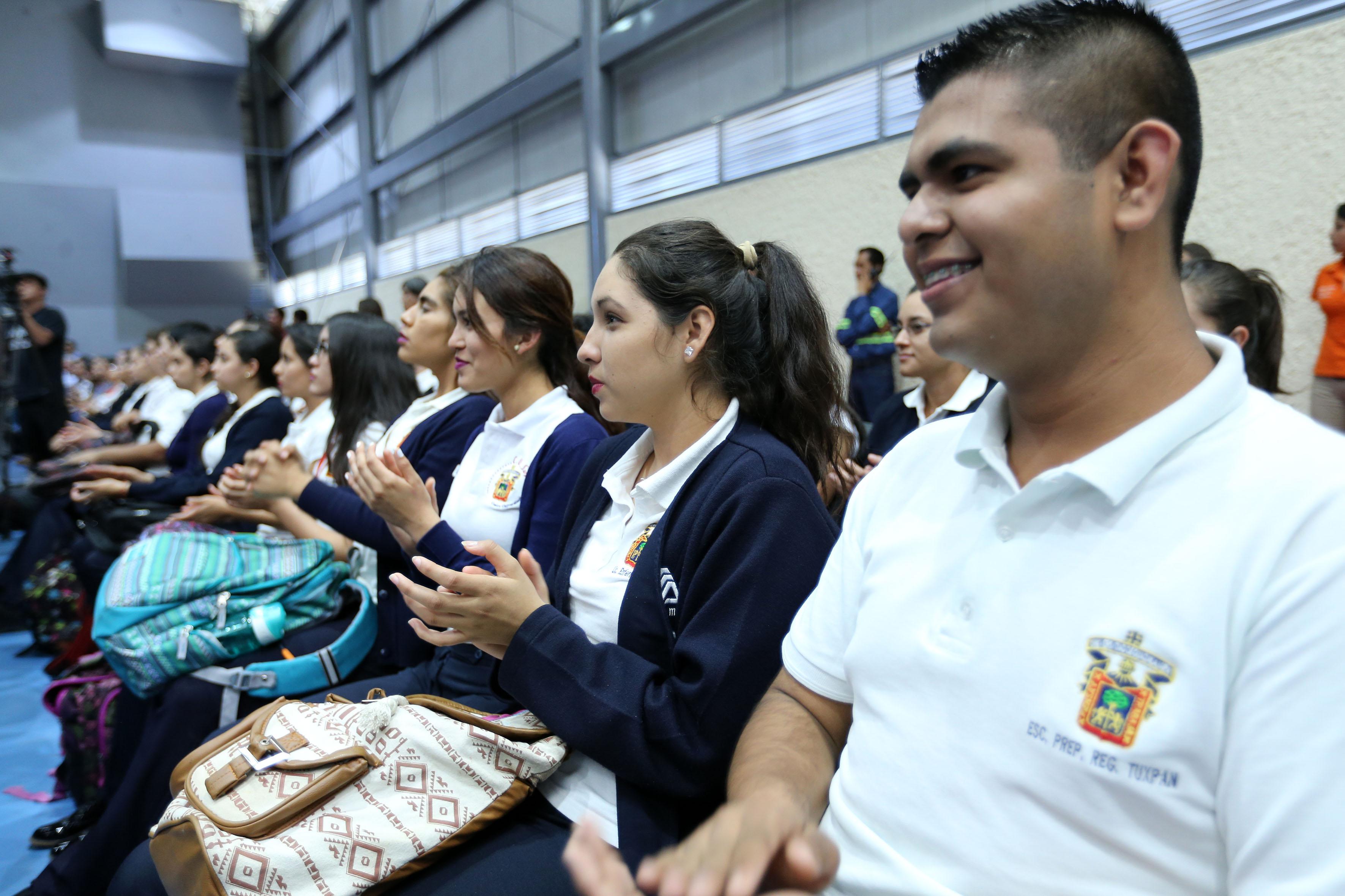 Alumnos asistentes al 3er informe del Rector de CUSur