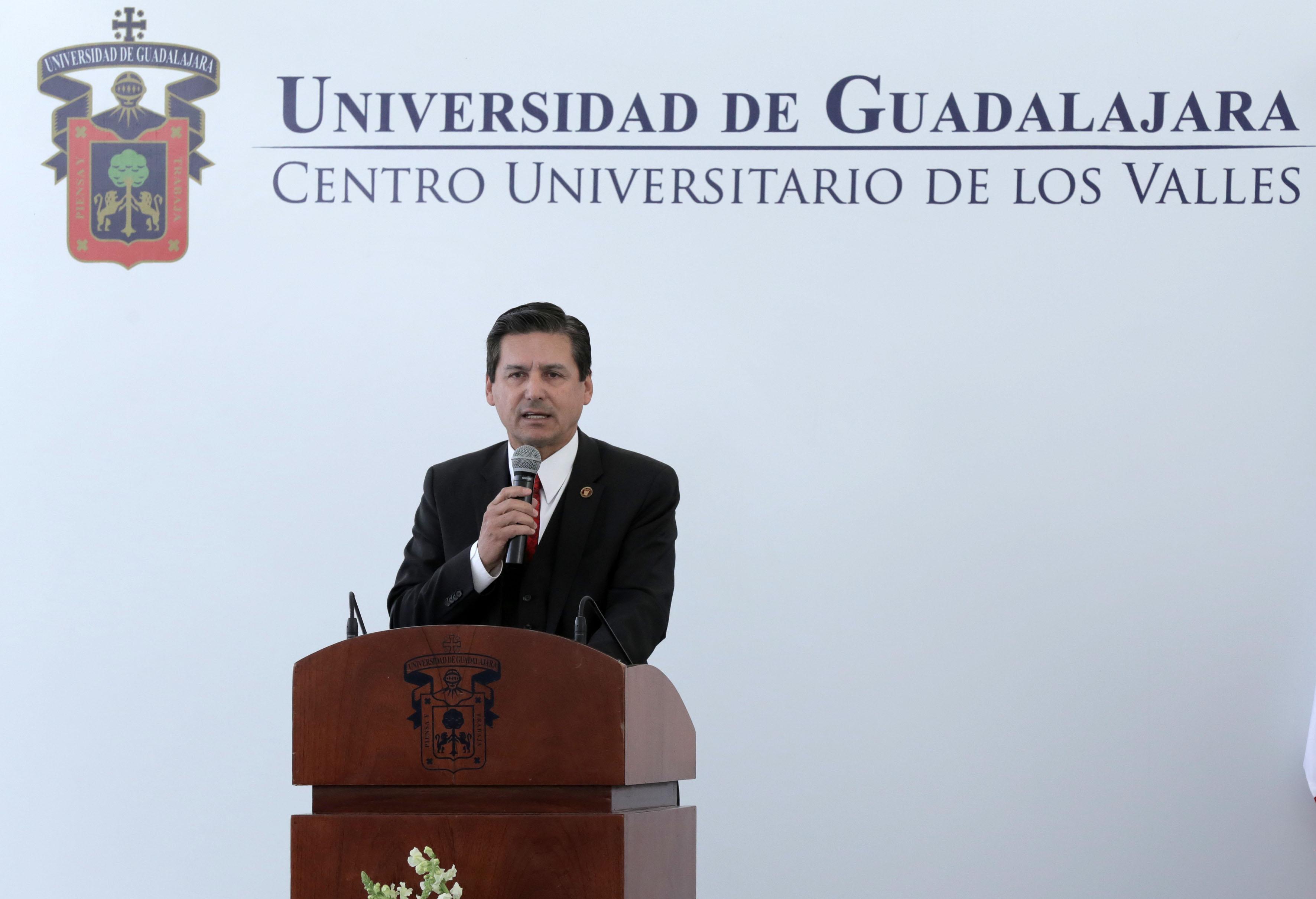 Dr. José Luis Santana Medina haciendo uso de la palabra durante su Tercer informe de actividades