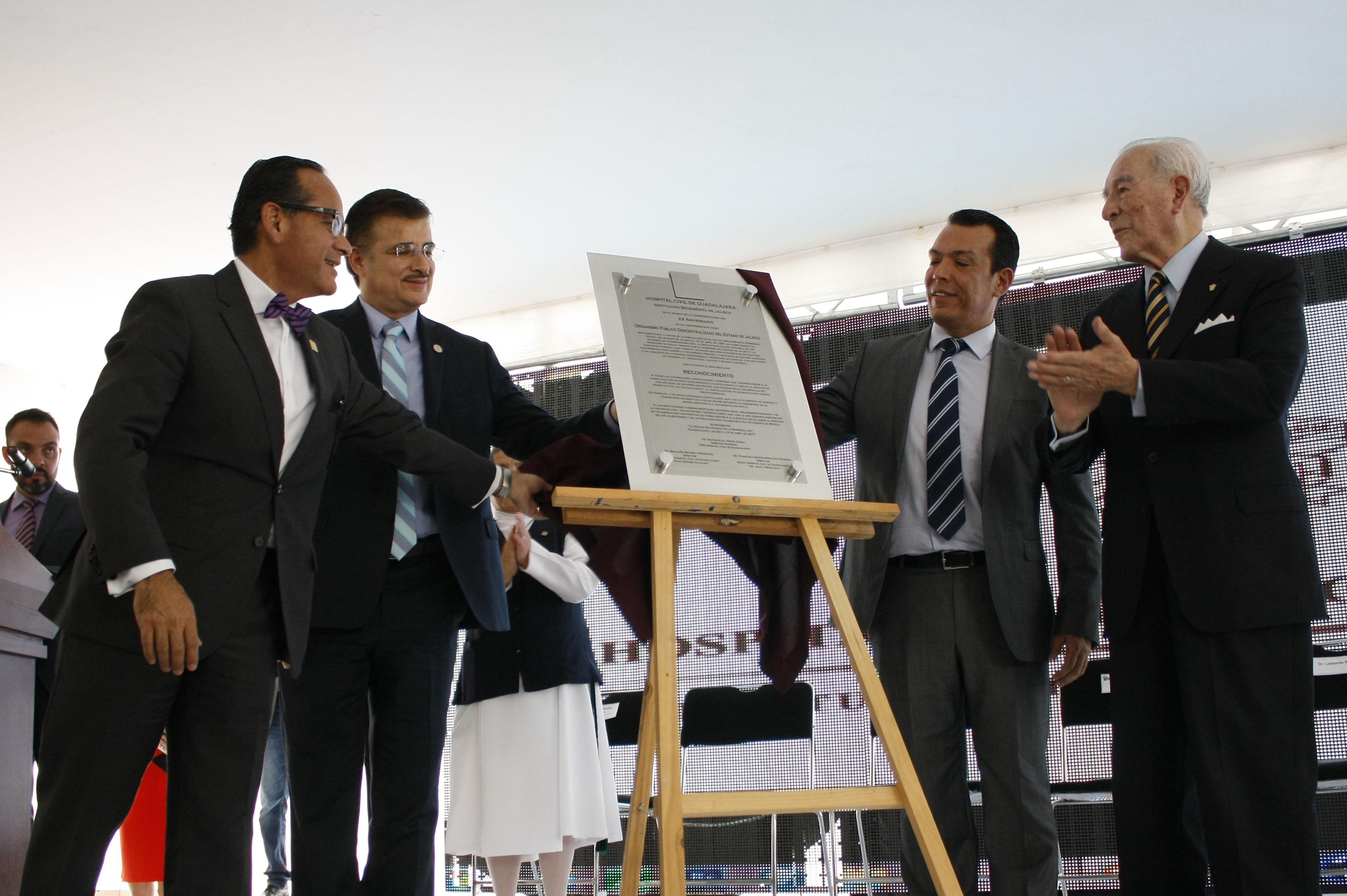 Develación de placa de reconocimiento, para el Organismo Público Descentralizado de los Hospitales Civiles de Guadalajara, por sus 20 años de atención y formación médica.
