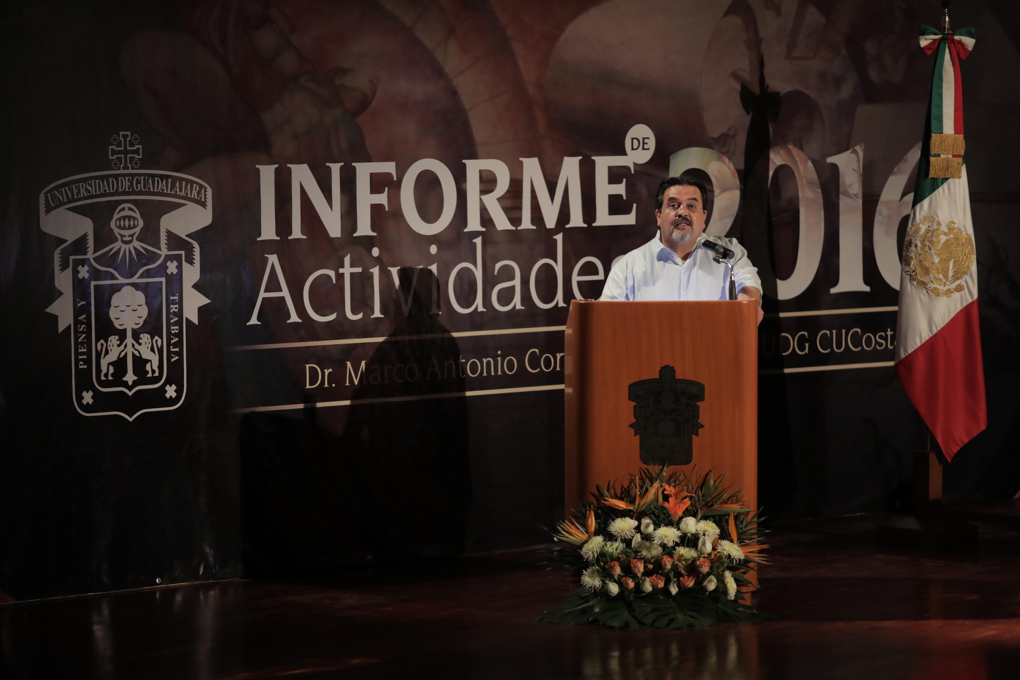 Marco Antonio Cortés Guardado, Rector del Centro Universitario de la Costa, en podium del auditorio, rindiendo su informe de actividades 2016.