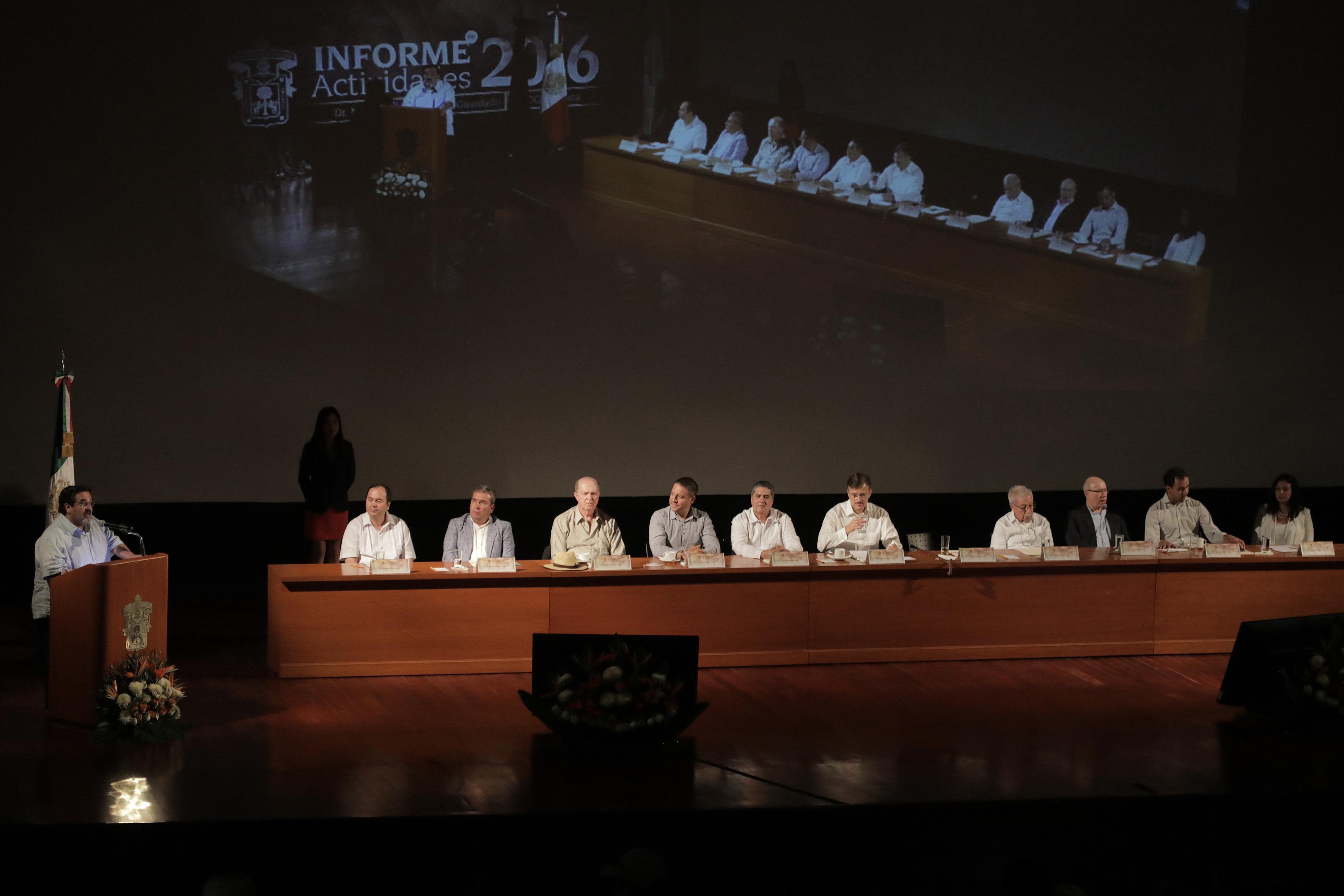 Máximas autoridades universitarias de la UdeG, del centro universitario y de la región, como miembros participantes en el 4to. informe de actividades del Rector del CUC, Marco Antonio Cortés Guardado.