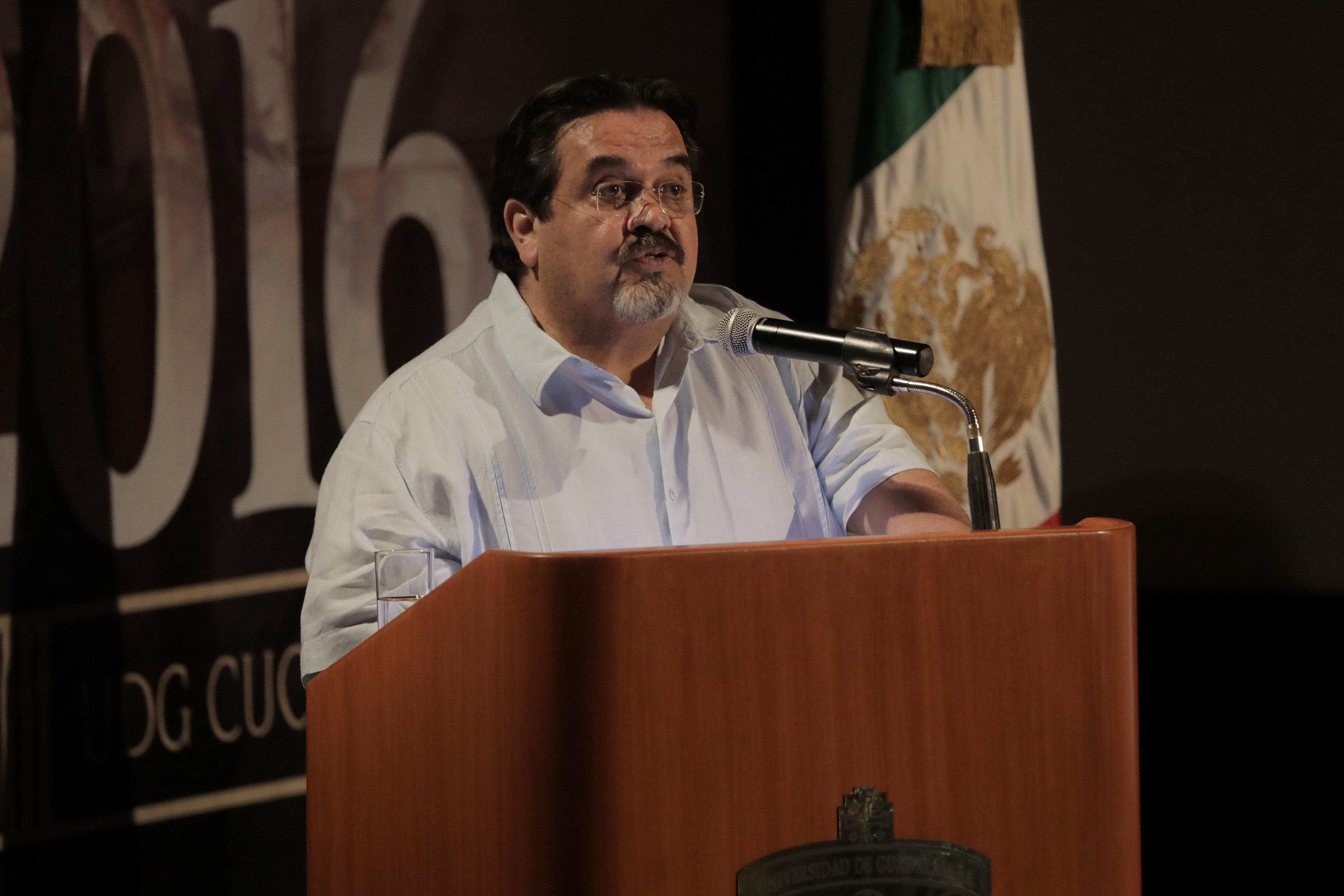 Marco Antonio Cortés Guardado, Rector del Centro Universitario de la Costa, en podium del auditorio, haciendo uso de la palabra.