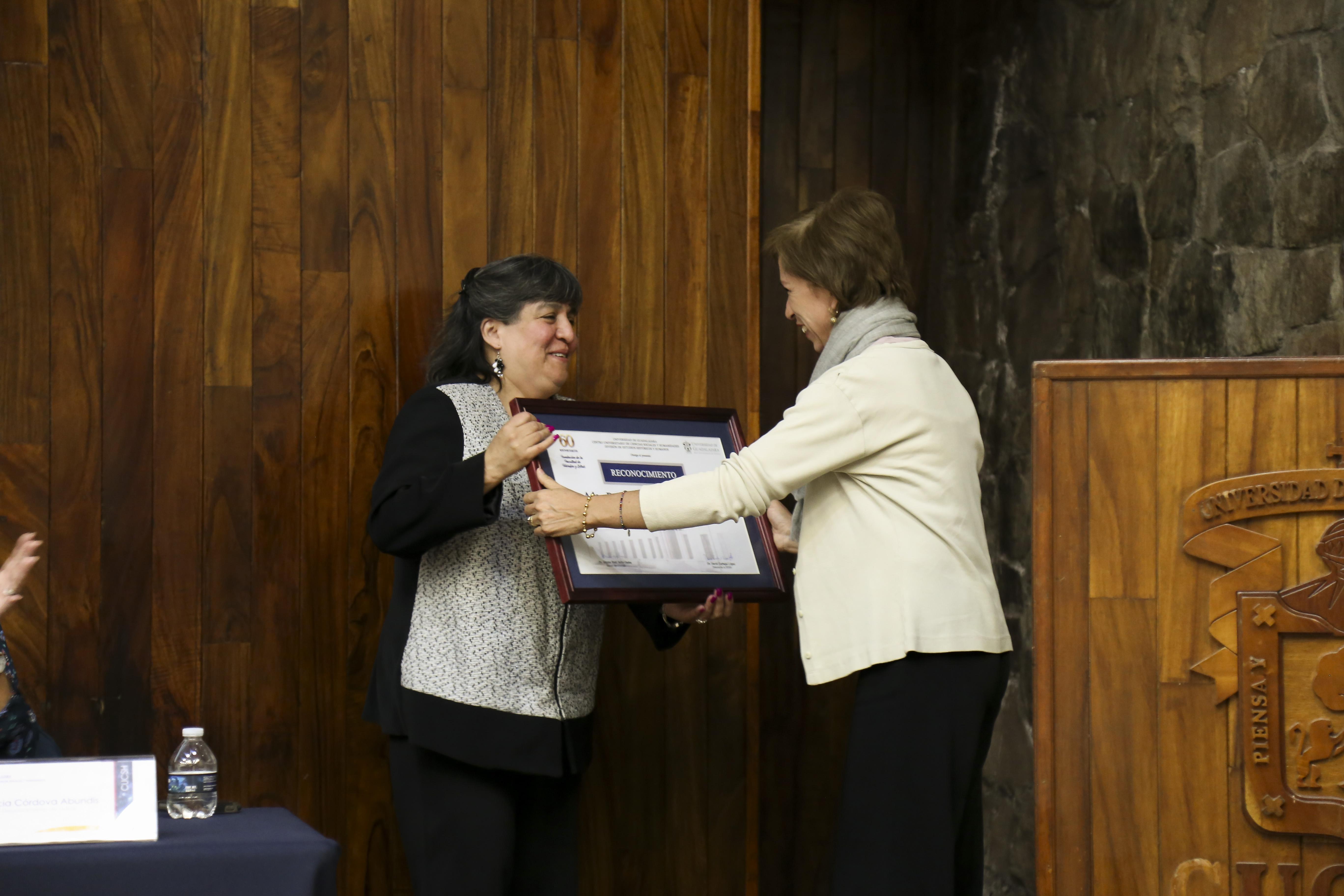 Académico recibiendo reconocimiento en el 60 aniversario de la carrera de Filosofía y Letras en CUCSH