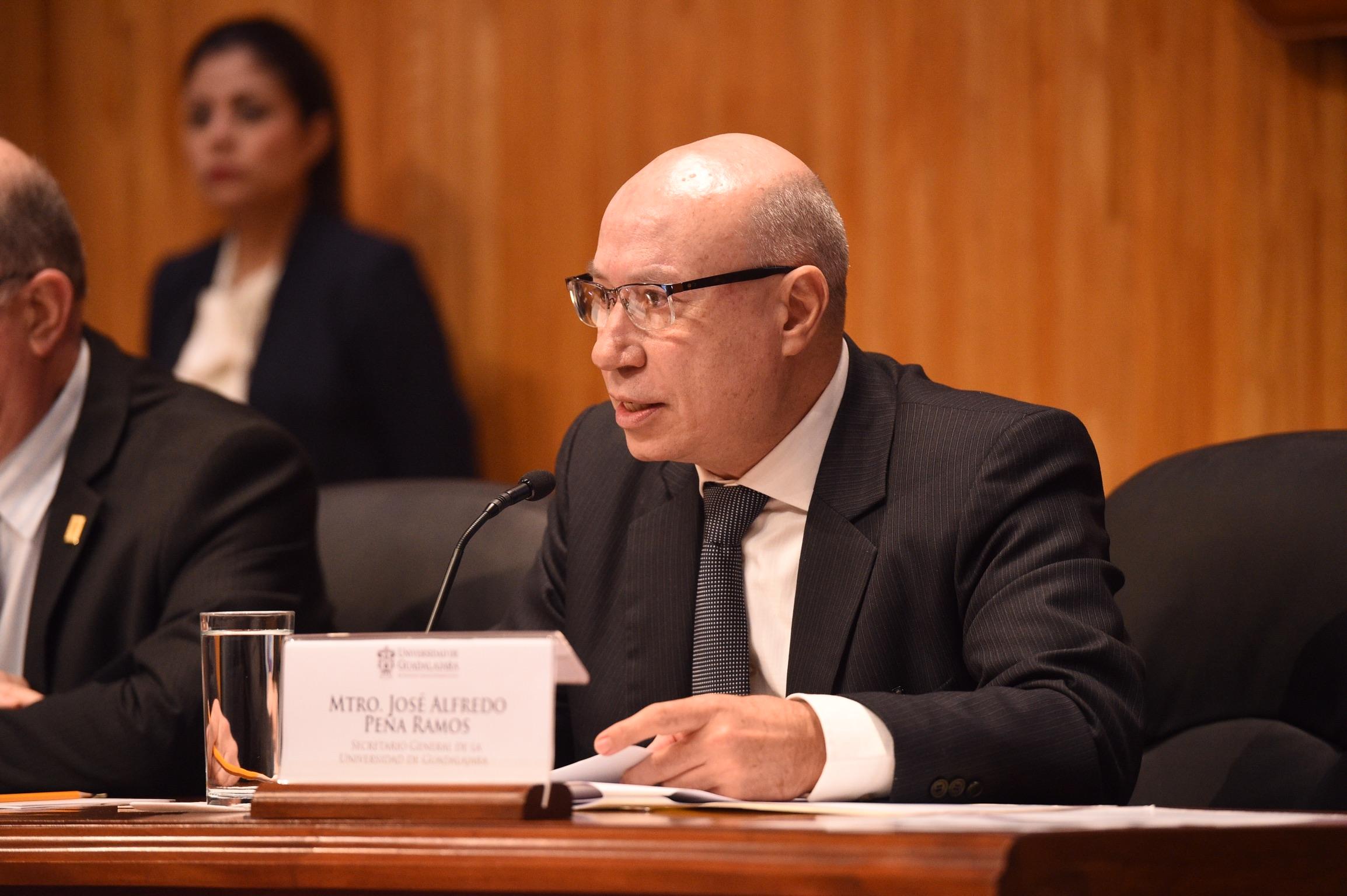 El Secretario general de la Universidad de Guadalajara haciendo una lectura el Consejo General Universitario