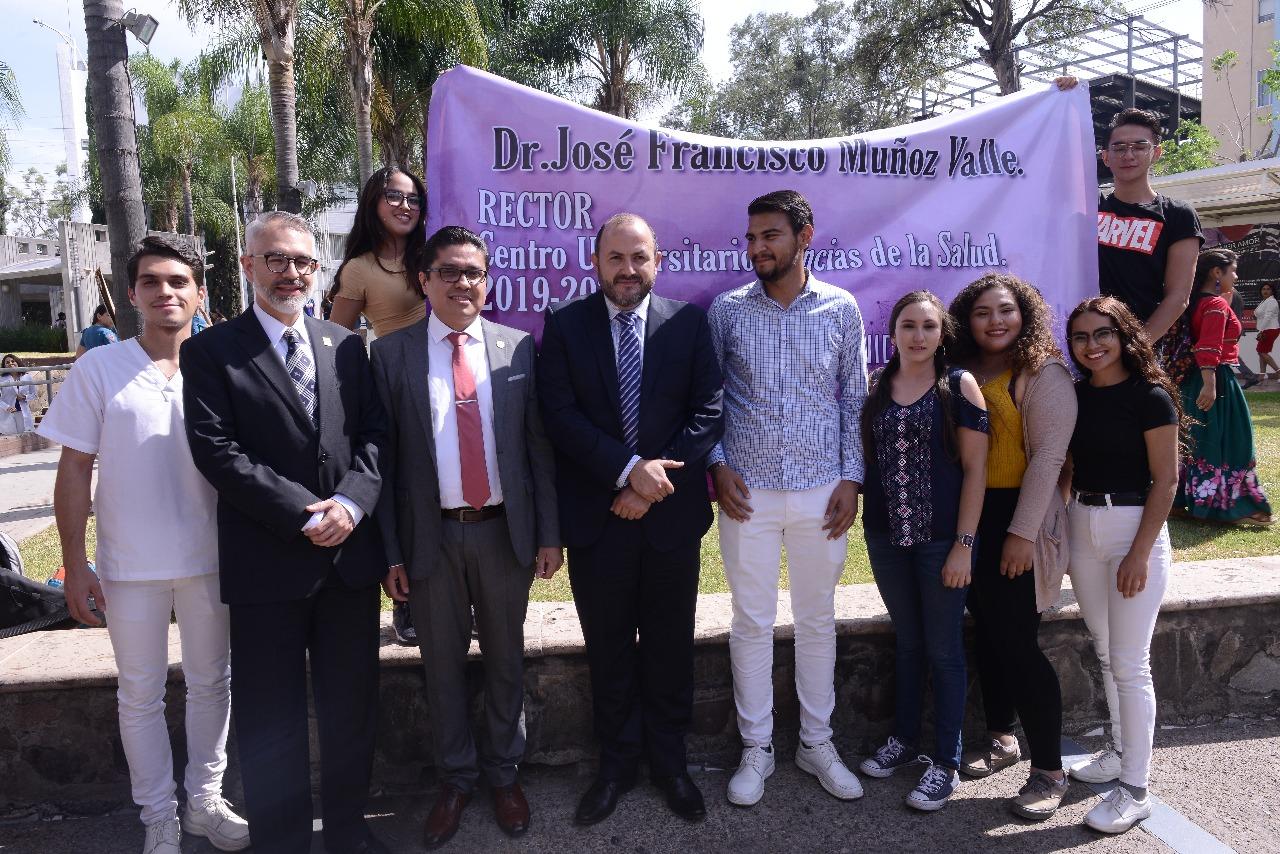 Autoridades y estudiantes de la Universidad de Guadalajara, participando en la inauguración de la Unidad de la Defensoría de Derechos Universitarios, ubicada en el Centro Universitario de Ciencias de la Salud (CUCS)