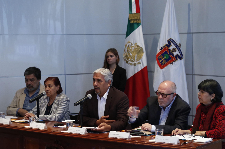 """Miembros del presídium, participando en la mesa de diálogo """"Nuevos escenarios de la migración internacional""""."""