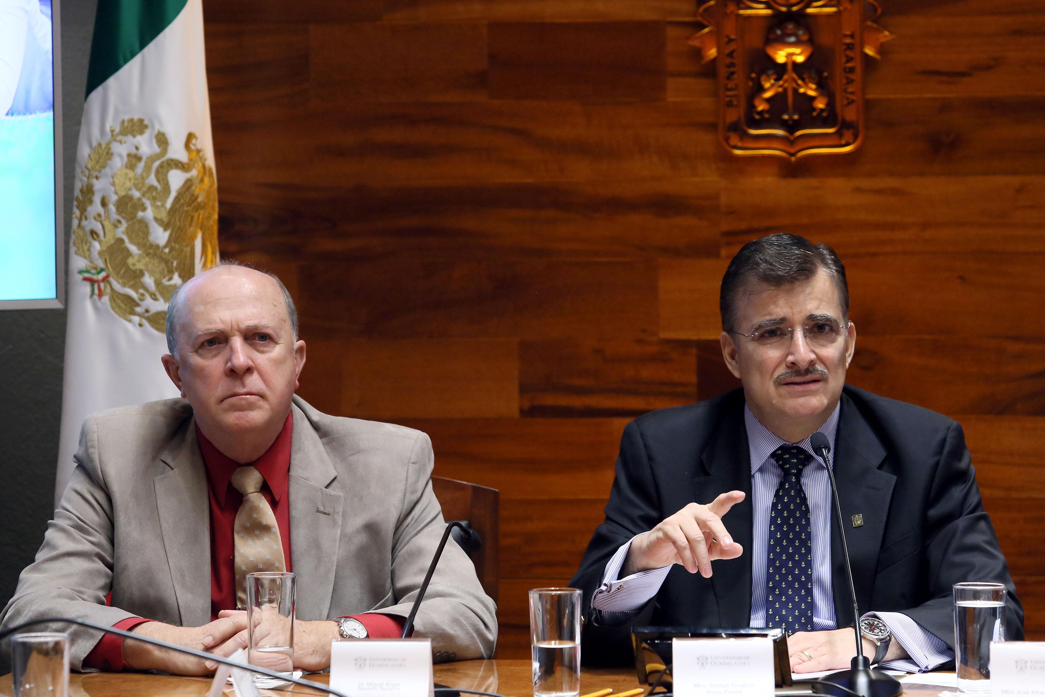 Dr. Miguel Ángel Navarro Navarro, Vicerrector Ejecutivo UdG, y el Maestro Itzcóatl Tonatiuh Bravo Padilla