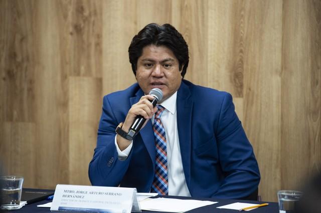 Director de Trámite y Control Escolar del Sistema de Educación Media Superior (SEMS), maestro Jorge Arturo Serrano Hernández, haciendo uso de la palabra durante rueda de prensa