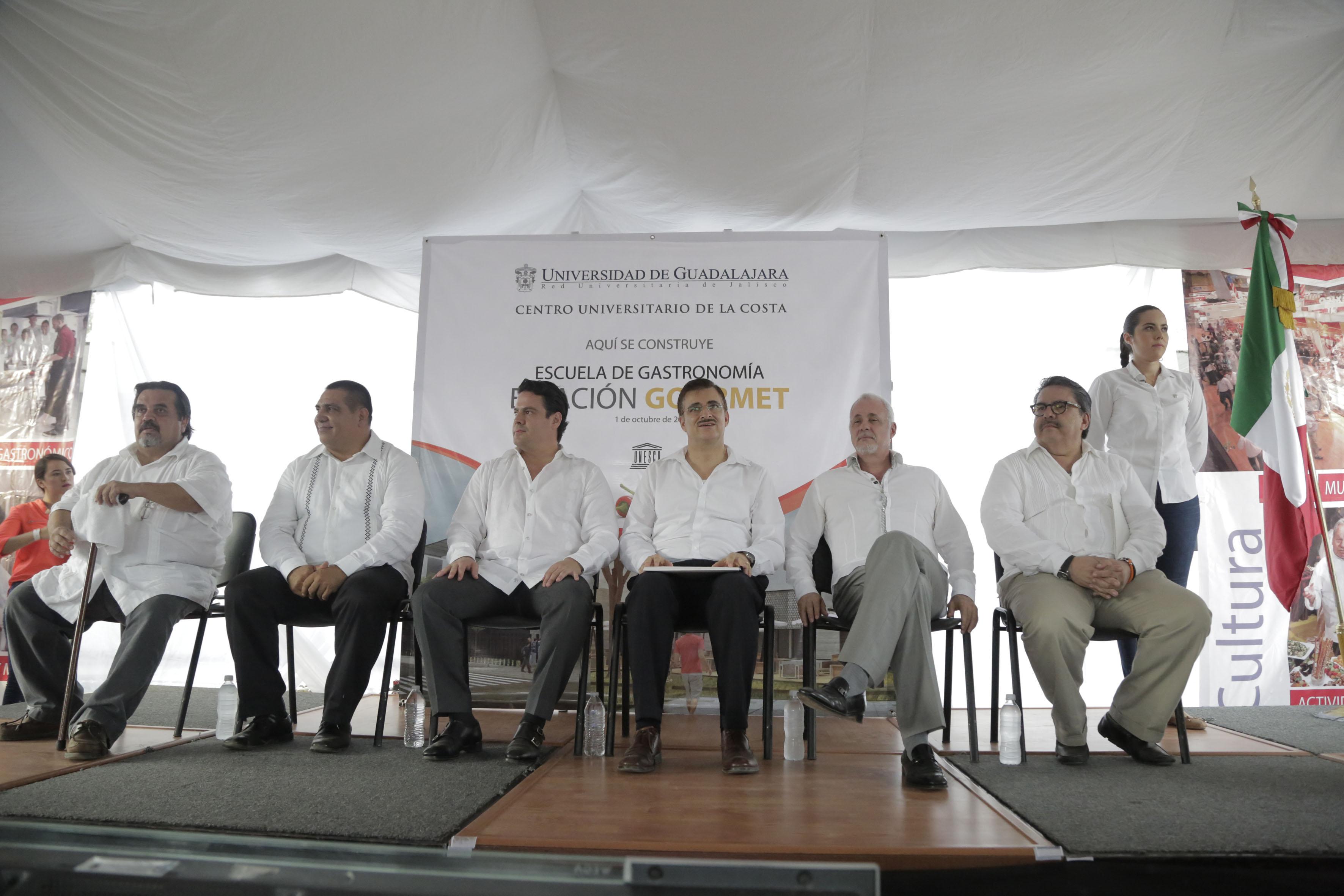 Foto de rueda de prensa de autoridades estatales, universitarias de la UdeG y del centro Univesitario de la Costa (CUCosta), por el inicio de construcción de Escuela de Gastronomía.