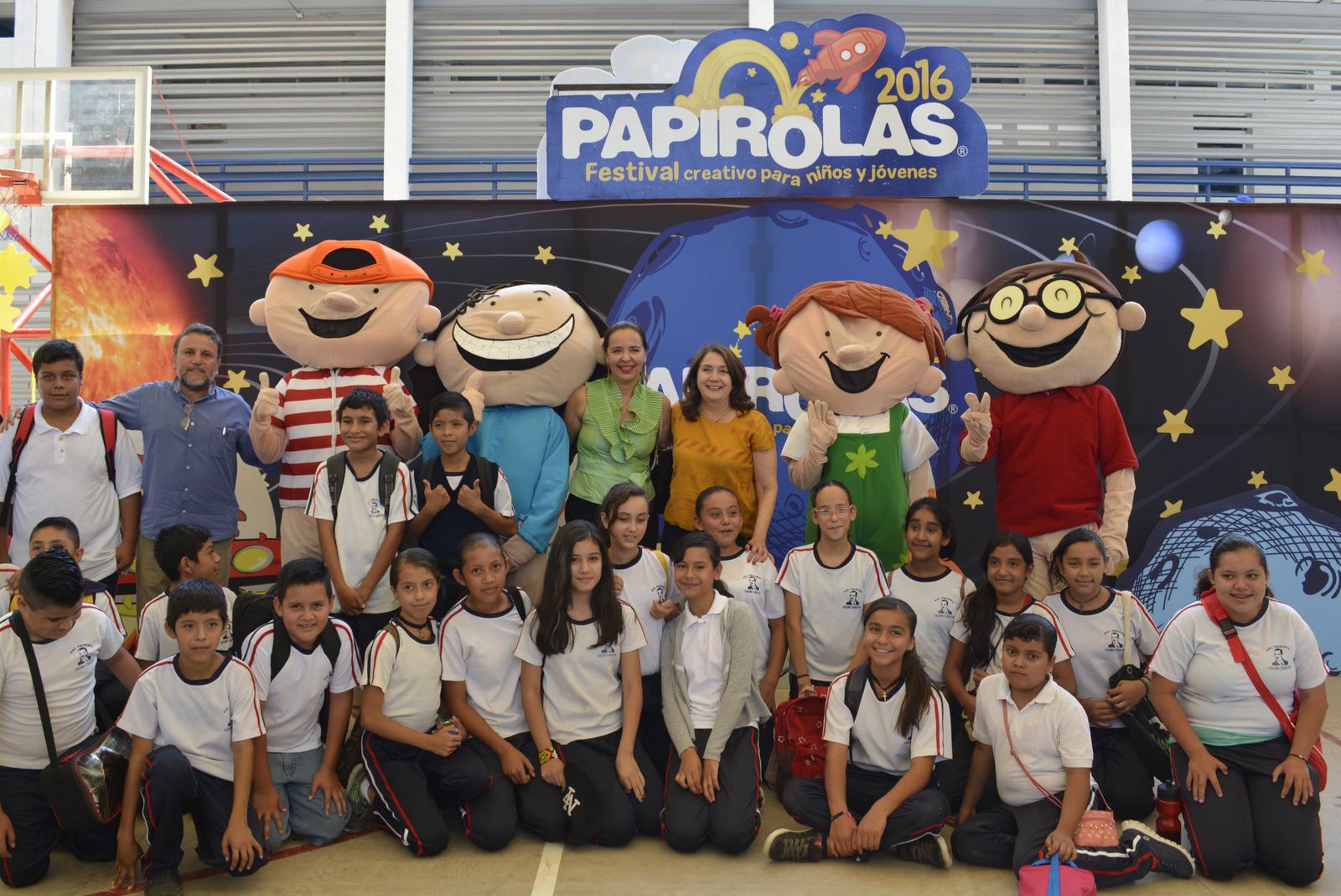Grupo de niños y maestros de escuelas de Autlan, con los personajes de papirolas.