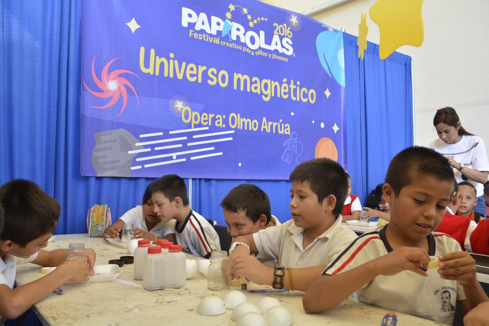 Niños de primaria en uno de los talleres impartidos por Papirolas.