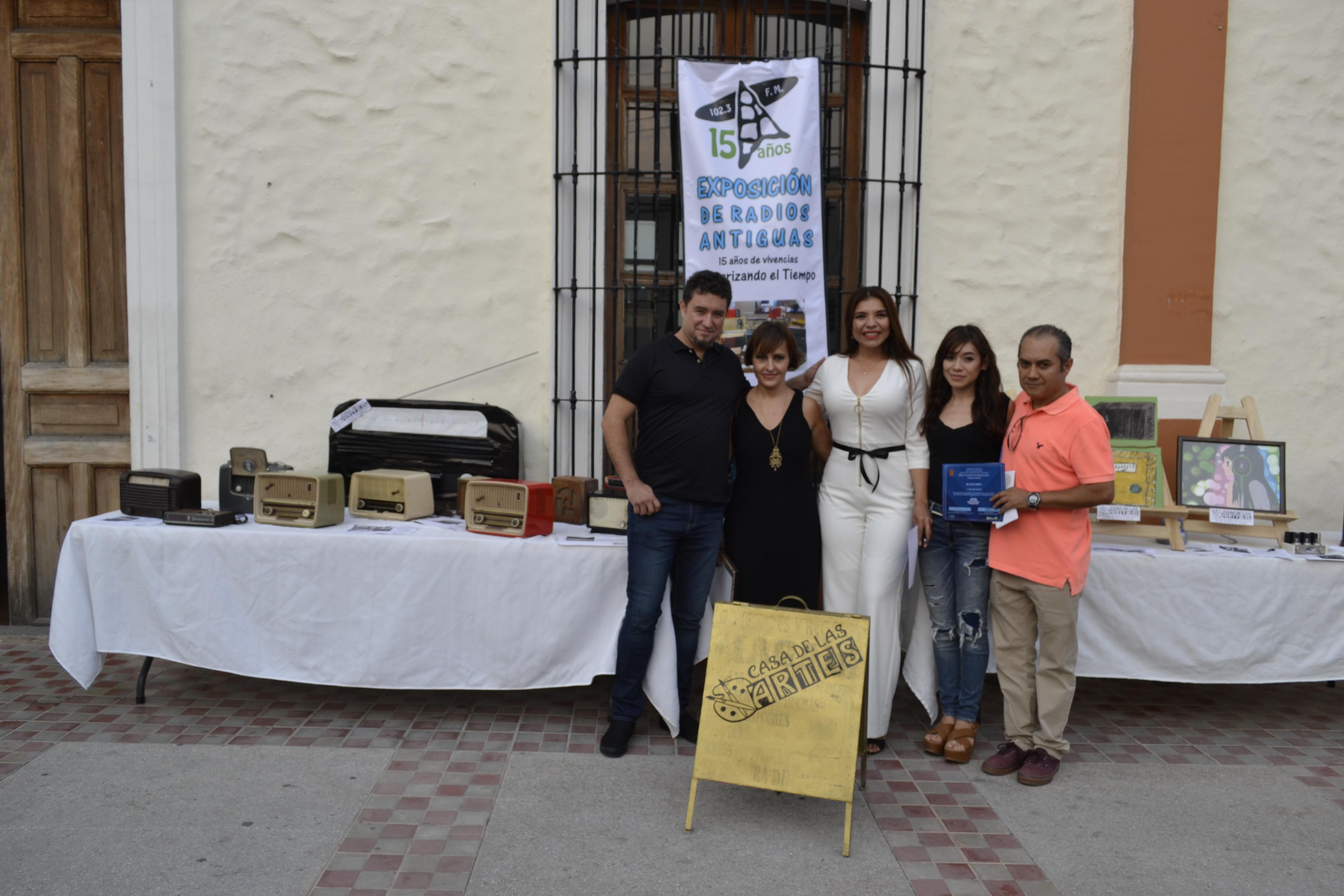 Personas participando en los festejos de de Radio Universidad en Autlán