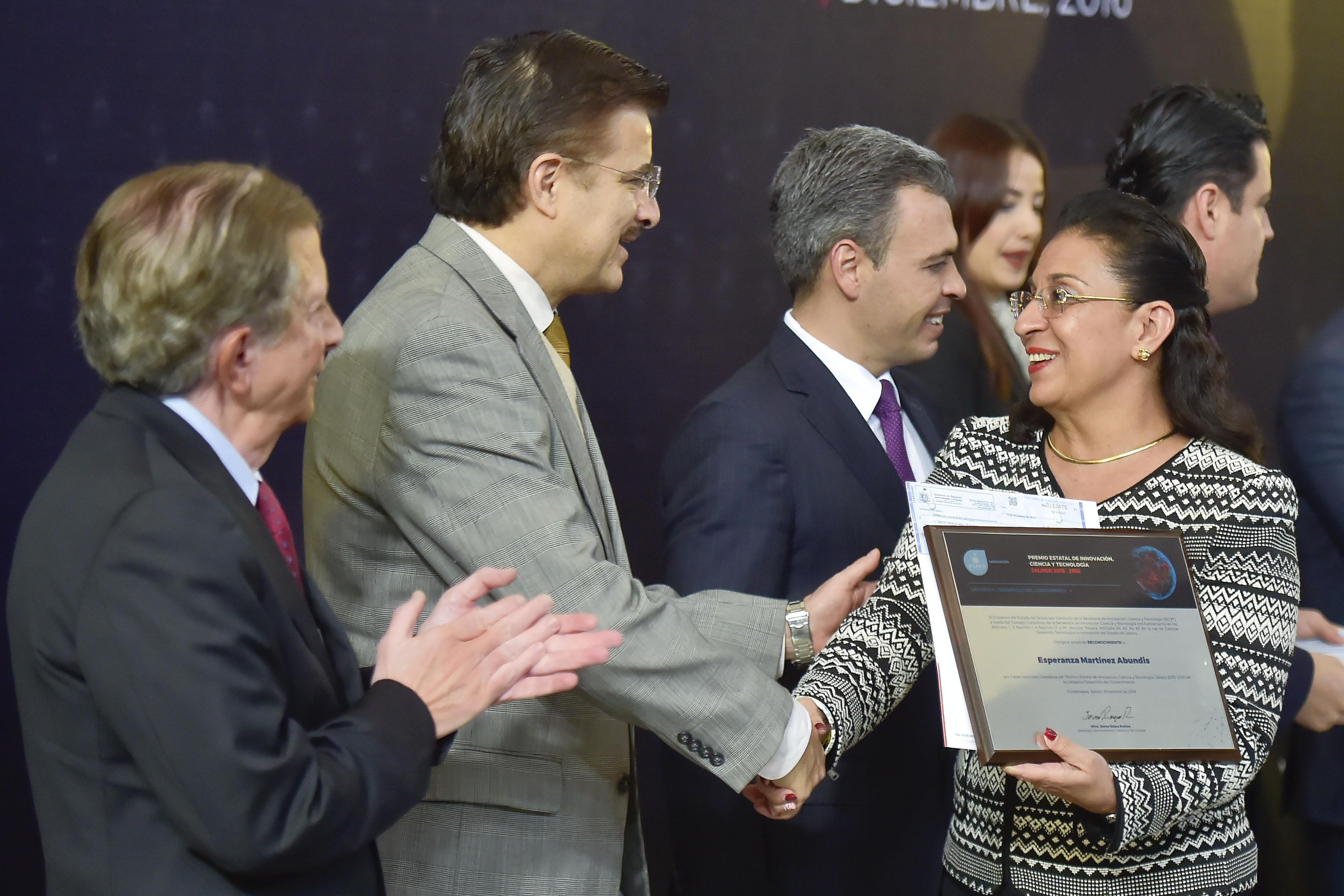 Esperanza Martínez recibiendo reconocimiento del Rector General