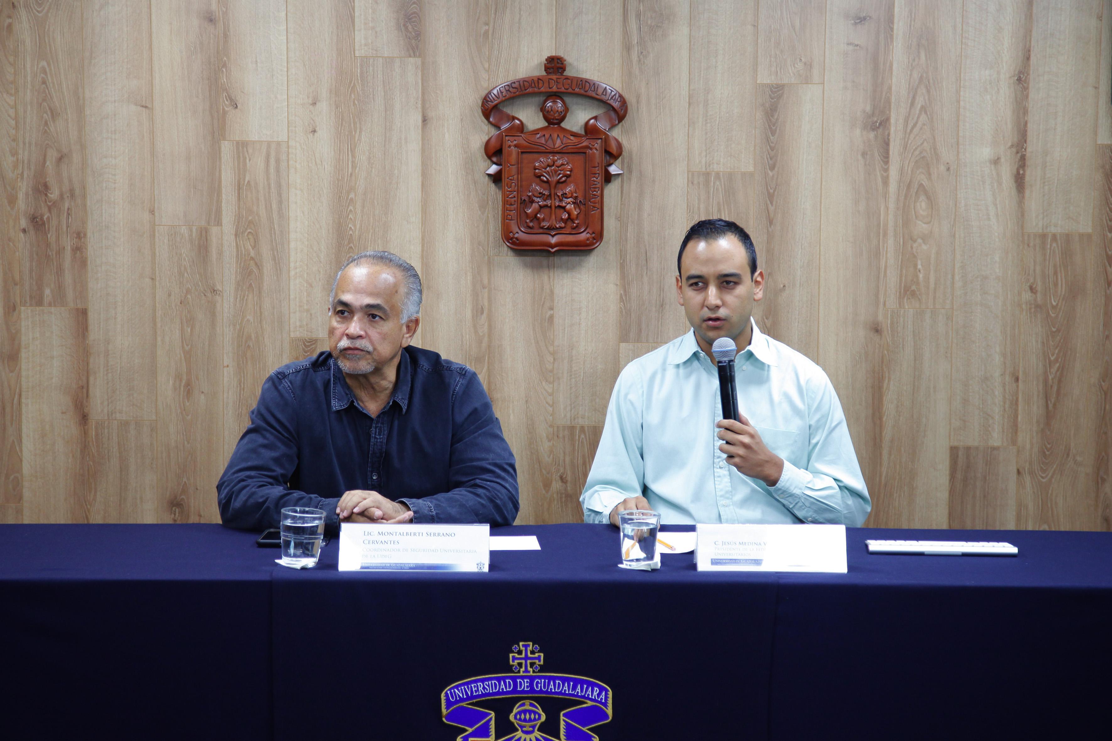 Presidente de la FEU, Jesús Medina Varela, con el coordinador de Seguridad Universitaria, licenciado Montalberti Serrano Cervantes; en rueda de prensa.