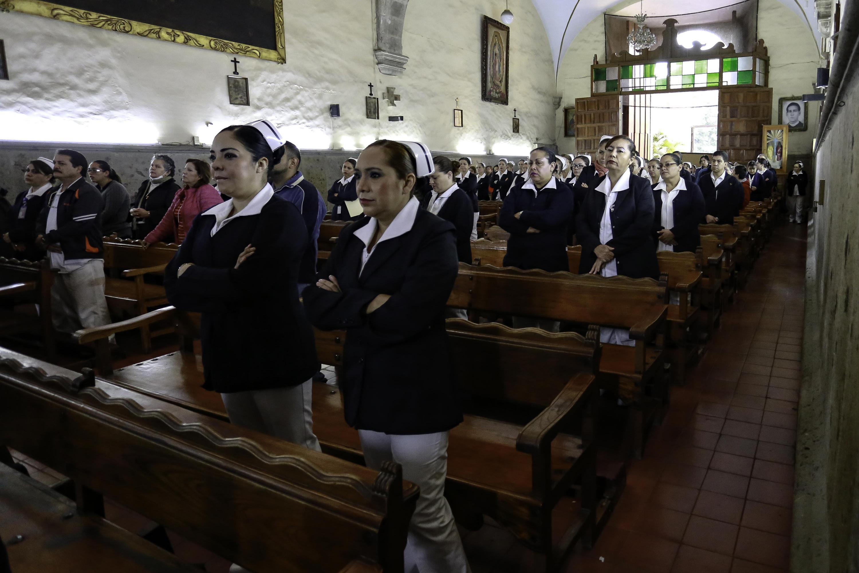 """Enfermeras y enfermeros del Antiguo Hospital Civil de Guadalajara """"Fray Antonio Alcalde"""", reconocidos en el marco del Día de la Enfermera (6 de enero, desde 1931)."""