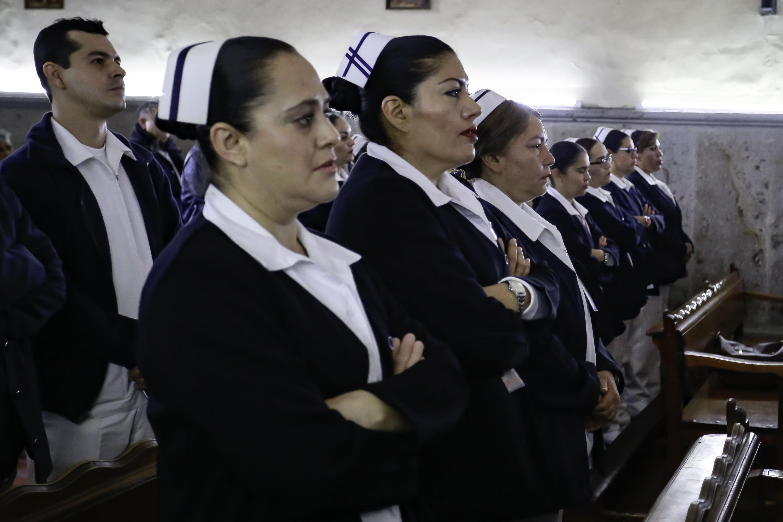 """Profesionales en el campo de Enfermería del Antiguo Hospital Civil de Guadalajara """"Fray Antonio Alcalde"""", asistentes a la ceremonia de reconocimiento."""