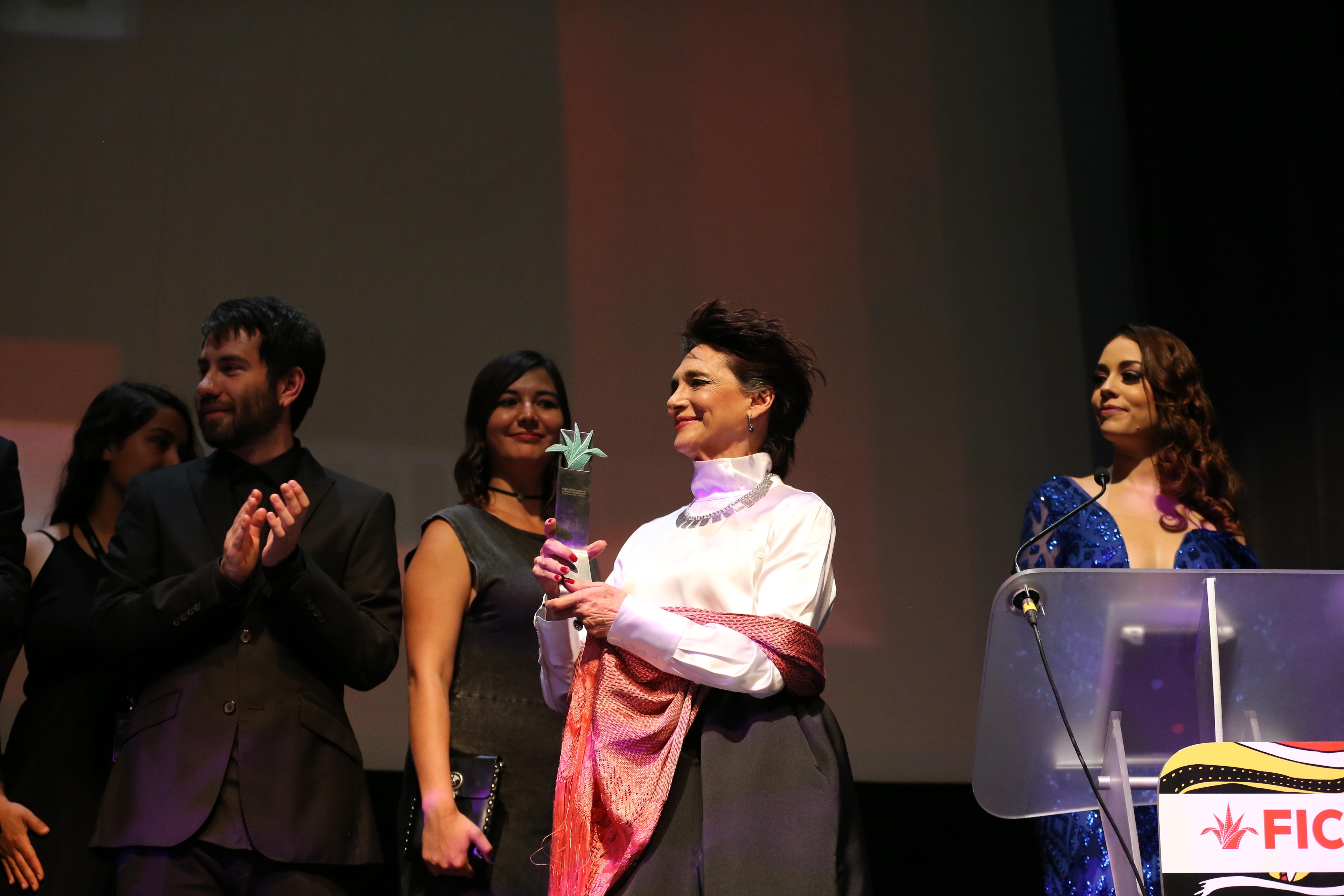 """Ofelia Medina, entregando el Premio Mezcal a la  Mejor Película Mexicana, """"La Libertad del Diablo"""", en la categoría de filmes nacionales."""