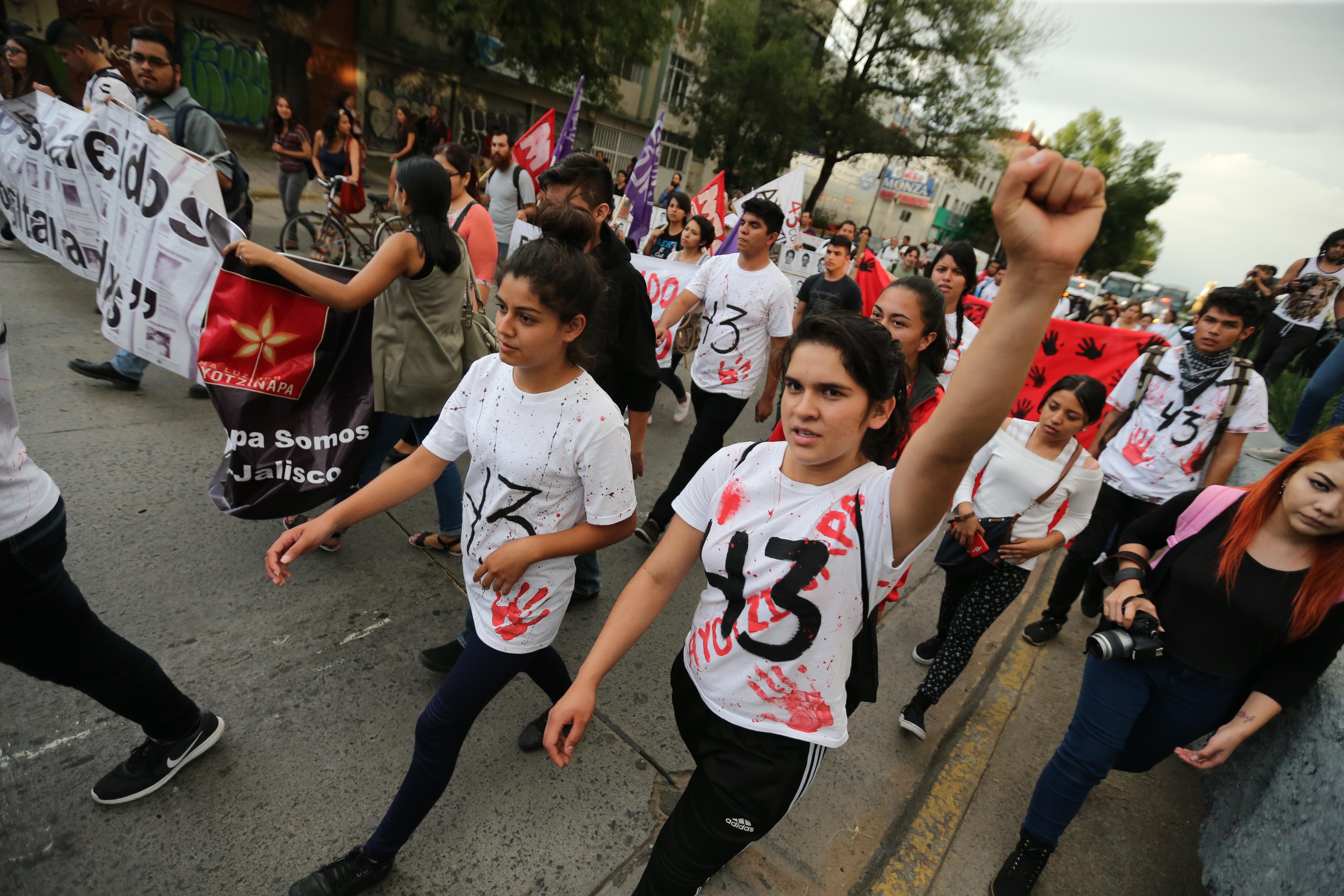 """Estudiantes y académicos del CUCSH, realizando una marcha en silencio con pinturas, mantas, pensamientos y poemas,por las calles de la ciudad para recordar la desaparición de los 43 estudiantes de la Escuela Normal Rural """"Raúl Isidro Burgos"""" de Ayotzinapa, Guerrero."""